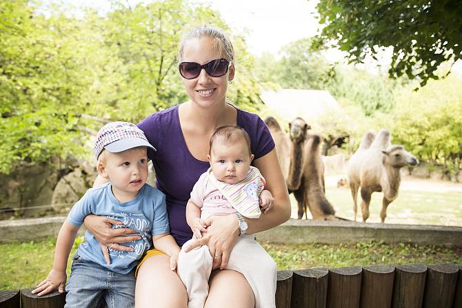 Smutný lev a dve veselé deti v bojnickej zoo