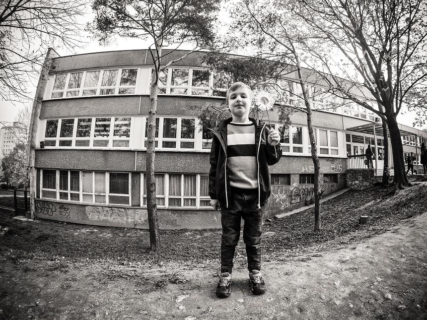 Malý chlapec pred veľkou školou